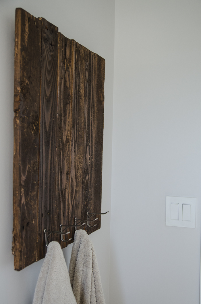 This tutorial is super detaied- awesome.DIY Rustic Towel Rack from Free Pallet Wood
