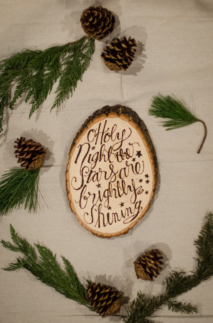 DIY Rustic Holiday Lyric Wood Slice - awesome for Christmas! And there's a printable template too!