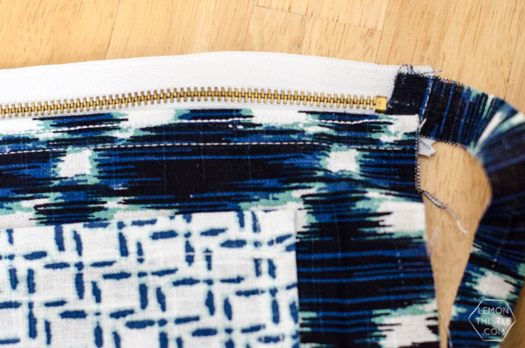 DIY Exposed Zipper Pouch (made out of a tea towel!) I love the combination.