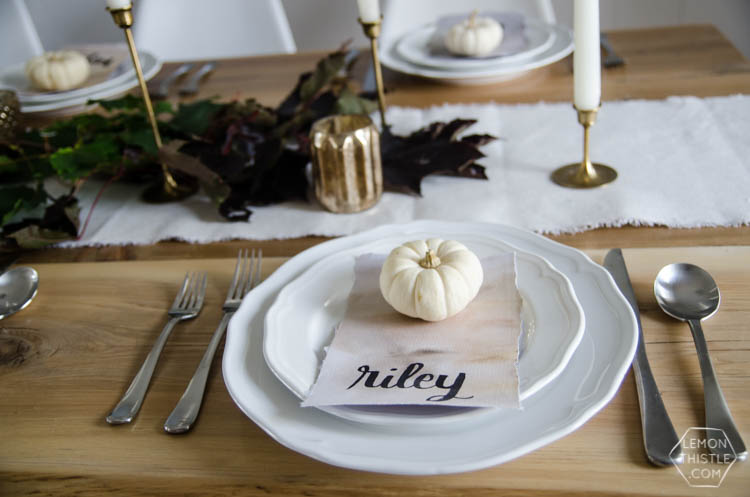I love this nature inspired neutral autumn tablescape- so perfect for thanksgiving (or friendsgiving!)