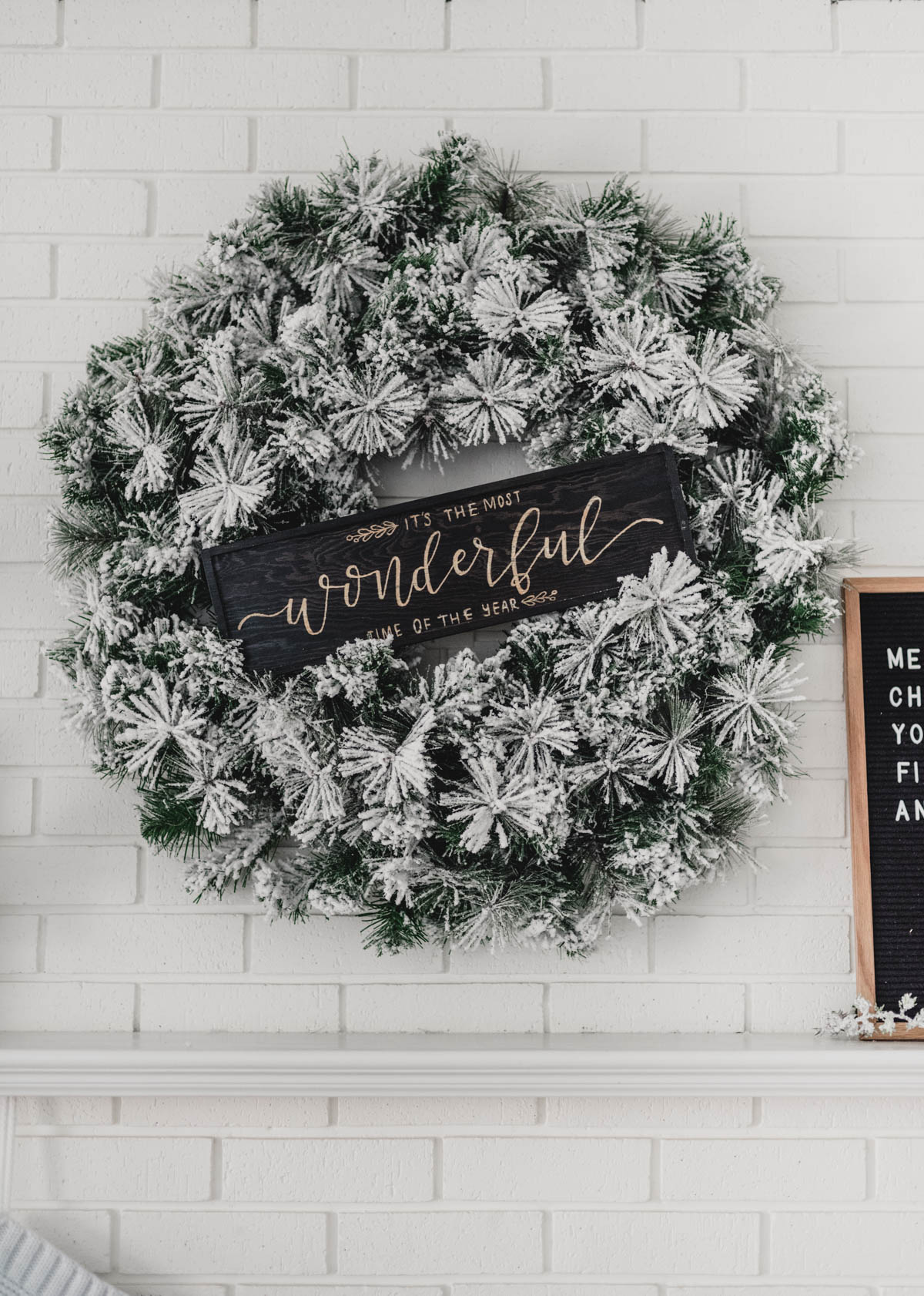 Love the wooden sign in the wreath on the mantel!