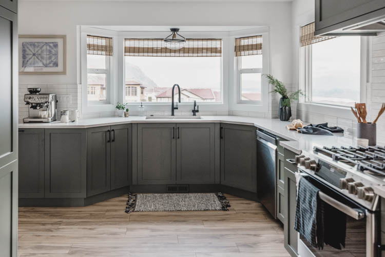 Kitchen sink in the bay window for a modern but totally classic kitchen