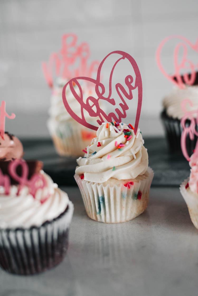 Be mine! Cake topper in cupcake