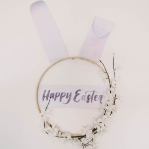 Modern DIY Easter Wreath... love this easter bunny hoop wreath!