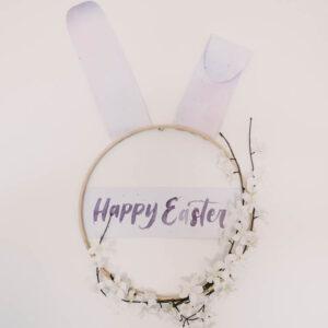 Modern DIY Easter Wreath... love this easter bunny hoop wreath!