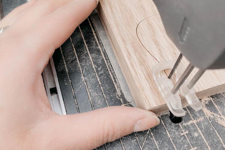 Cut the guitar holder using a scroll saw (dremel moto saw)