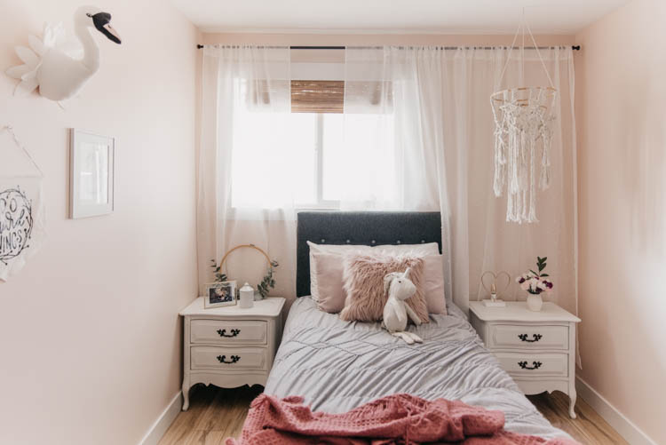 Sweet pink bedroom for a little girl with touches of summer decor