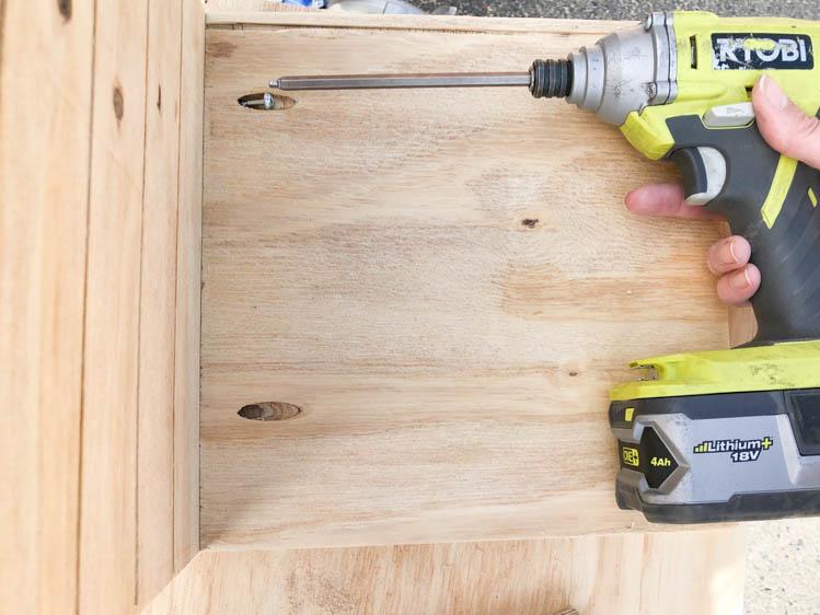 Assemble the saw blade storage box (free plans!) using pocket holes.