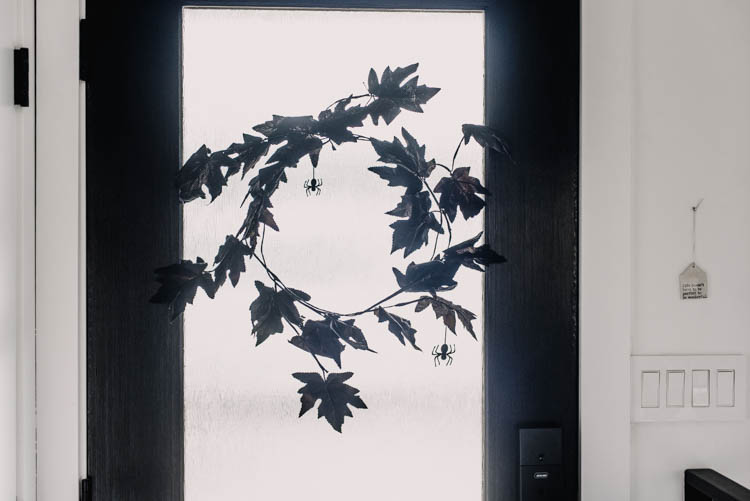 DIY Minimalist Halloween Wreath- love how modern this is!