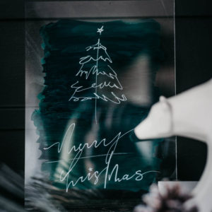 Modern Holiday DIY Acrylic Sign - love this simple line art tree tutorial