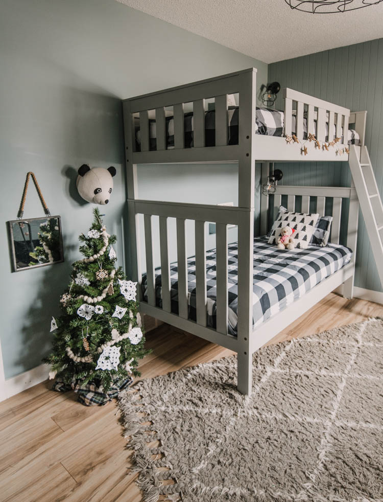 Simple holiday decor touches for the kids bedroom
