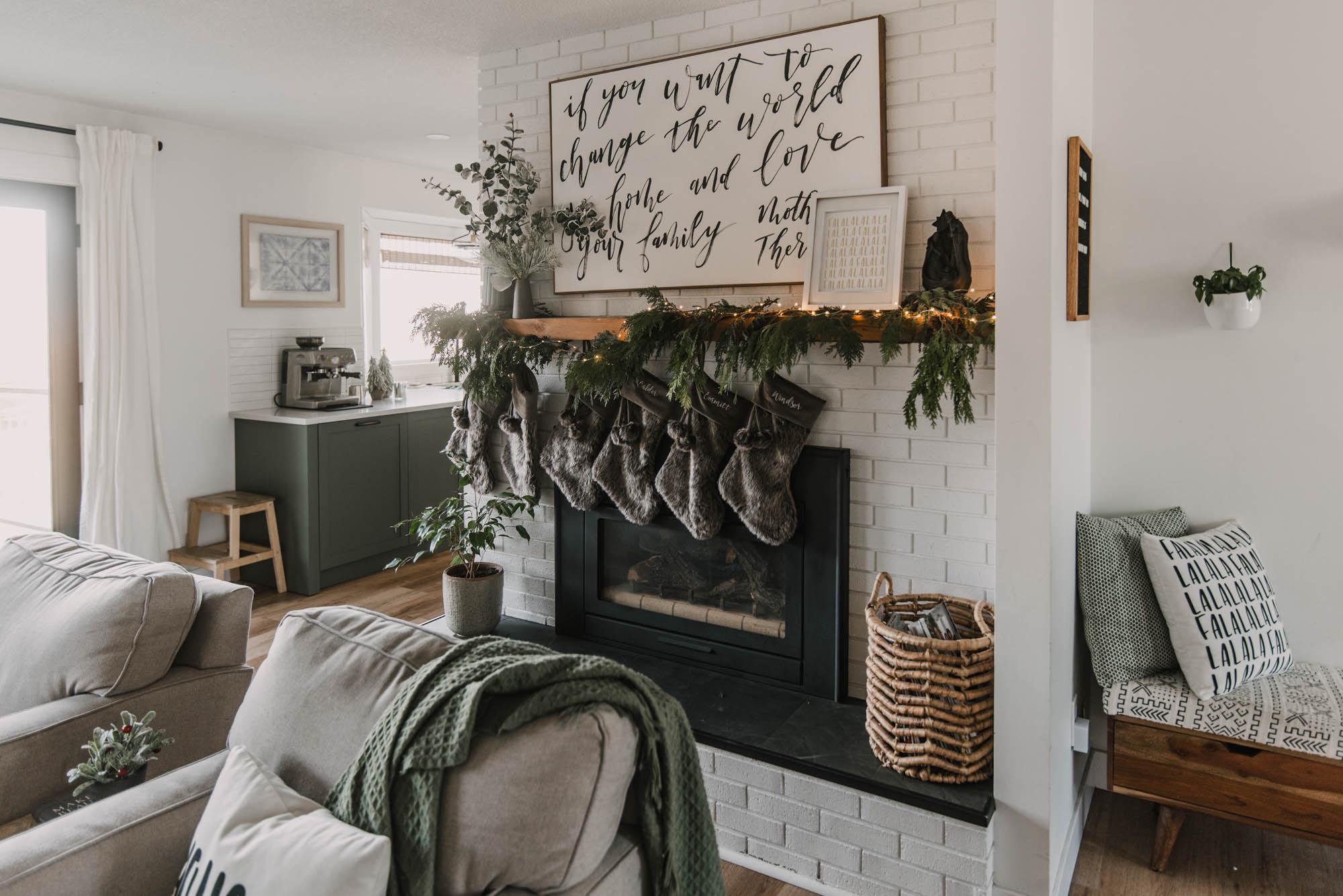 Simple Holiday Mantel Decor