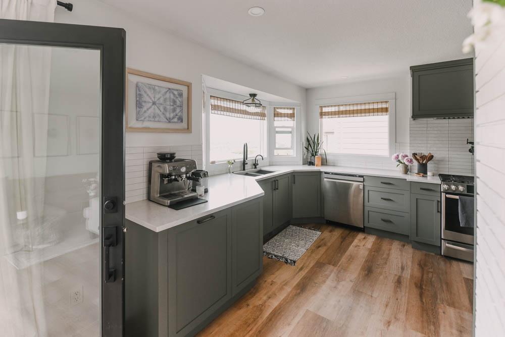 Summer kitchen decorating for a minimalist