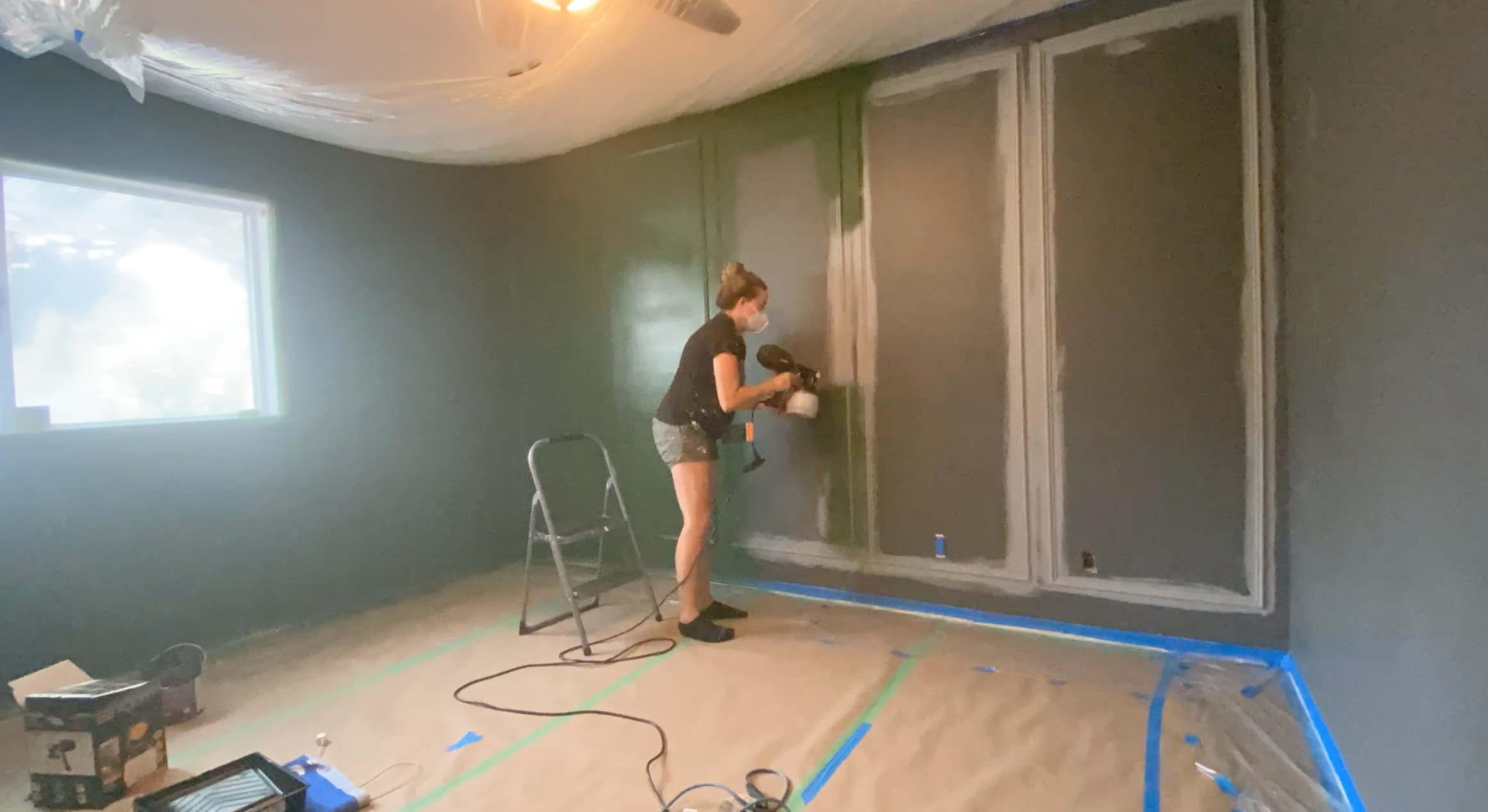 Painting a moulding wall with a paint sprayer